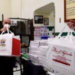 """L'antica pizzeria da Michele, i frati di San Pietro ad Aram e i volontari di """"Fa bene il bene""""  donano pizze ai senza tetto"""